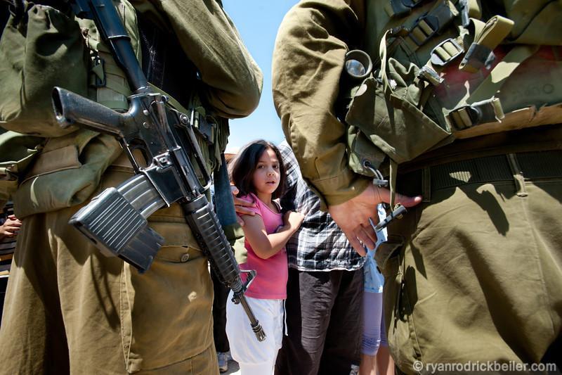 [تصویر:  israeli_soldiers_vs_palgirl-29.jpg]